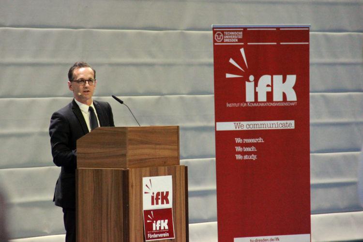 Der Bundesminister Heiko Maas spricht über das Netzwerkdurchsetzungsgesetz